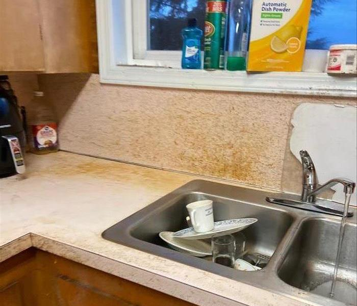 a picture of a kitchen with grease on the back splash